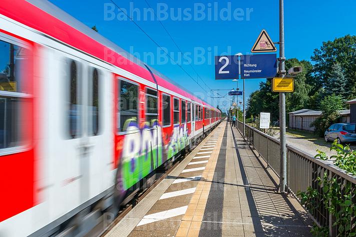 Regionalzug mit Graffiti im Bahnhof Dauenhof in Schleswig-Holstein