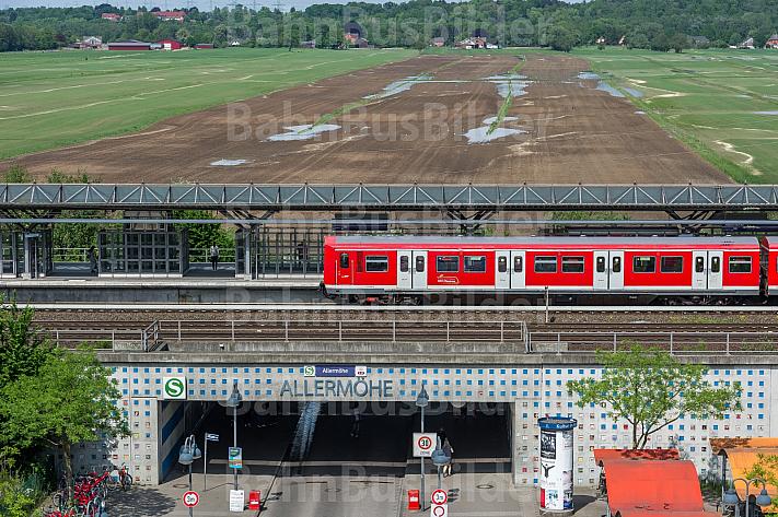 Der zukünftige Stadtteil Oberbillwerder in Hamburg(Hintergrund). Im Vordergrund hält eine S-Bahn in der Station Allermöhe