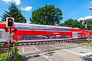 Eine Regionalbahn am Bahnübergang Am Pulverhof in Hamburg-Tonndorf