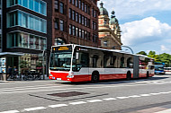 Hochbahn-Bus der Linie M4 am Stephansplatz in Hamburg