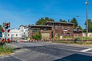 Geschlossene Bahnschranken im Bahnhof Dauenhof in Schleswig-Holstein