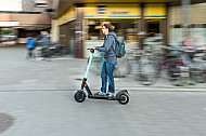 E-Scooter-Fahrerin auf einem Fahrradweg in Hamburg