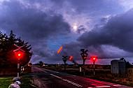 Bahnübergang an der Lemvigbanen mit sich senkenden Schranken