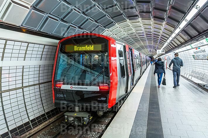 Fotomontage: Ein U-Bahn-Zug vom Typ DT5 in Hamburg mit dem Ziel Bramfeld