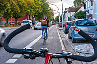 Fahrradfahrer auf einer eigenen Radfahrspur in der Bahrenfelder Straße in Hamburg