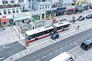 Modern geführter Bus-, Auto-, Rad- und Fußgängerverkehr in der Osterstraße in Hamburg