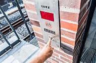 Ein Mensch fordert einen Aufzug an einem U-Bahnhof in Hamburg an
