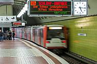 Ein U-Bahn-Zug vom Typ DT3 verlässt de Haltestelle Hauptbahnhof Süd in Hamburg