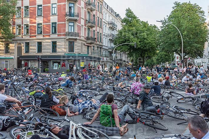 Fahrradfahrer demonstrieren nach einem tödlichen Unfall für mehr Sicherheit auf den Straßen in Hamburg und blockieren die Unfallkreuzung in Eimsbütte