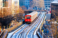 U-Bahn bei Schnee an den Landungsbrücken in Hamburg