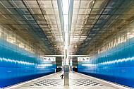 Die großzügige Bahnsteighalle der U-Bahn-Haltestelle Überseequartier in Hamburg soll eine Unterwasserwelt symbolisieren