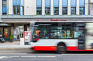 Ein Metrobus hält im Mühlenkamp in HH-Winterhude