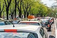 Autos stehen an der Esplanade in Hamburg im Stau - im Vordergrund ein Taxi