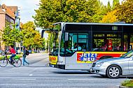 Auto, Bus, Radfahrer und Fußgänger im Wettbewerb