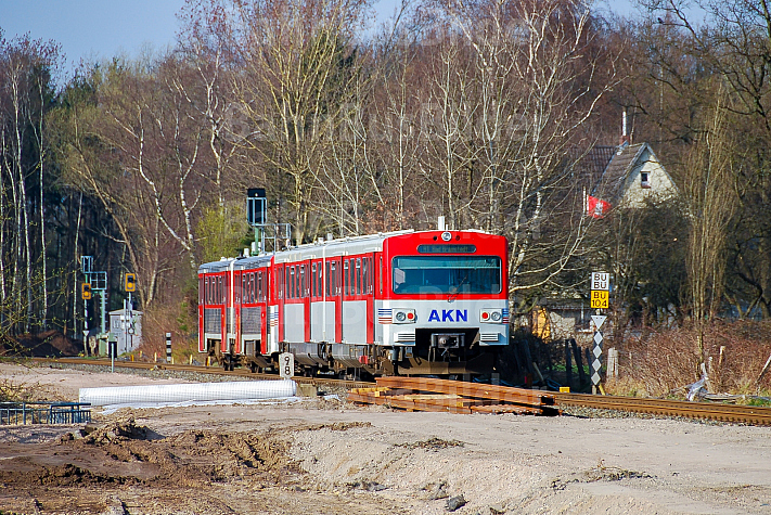 AKN-Triebwagen zwischen Schnelsen und Burgwedel in Hamburg während des zweigelisigen Streckenausbaus