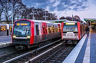 Zwei U-Bahn-Züge der Typen DT5 und DT3 stehen in der Haltestelle Wandsbek-Gartenstadt in Hamburg