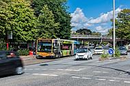 Ein Bus der Linie 25 steht am U-Bahnhof Kellinghusenstraße, im Vordergrund fährt ein Carsharing-Wagen