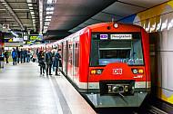 Menschen steigen in eine S-Bahn in Hamburg
