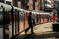 Menschen steigen aus U-Bahn am Rödingsmarkt in Hamburg