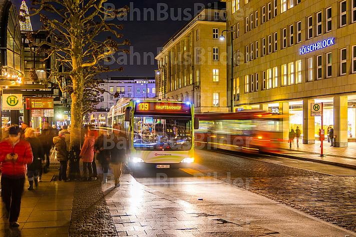 Bus am späten Winterabend am Rathausmarkt in Hamburg
