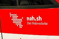 NAH.SH-Verbundlogo auf einem Regionalzug im Kieler Hauptbahnhof in Schleswig-Holstein