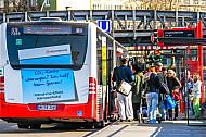 Menschen steigen an der Hoheluftbrücke in Hamburg in einen Bus