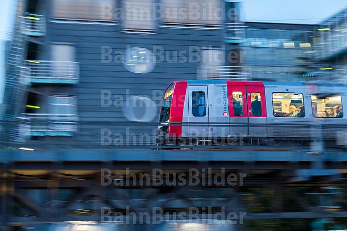 Ein U-Bahn-Zug vom Typ DT5 auf einem Viadukt im Hamburger Hafen am Baumwall