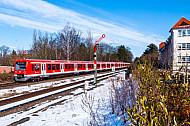 S-Bahn im winterlichen Hamburg am Bahnhof Klein Flottbek mit Formsignal