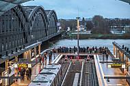 Menschen schauen am U-Bahnhof Elbbrücken von einer Aussichtsplattform auf den Hamburger Hafen