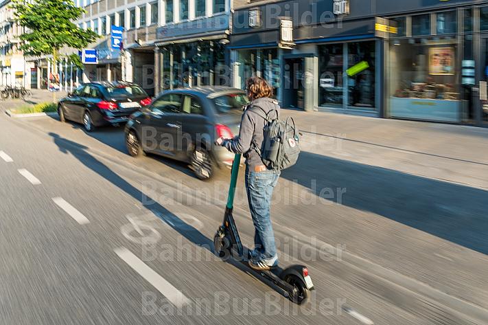 E-Scooter-Fahrerin auf einem Radfahrstereifen in Hamburg