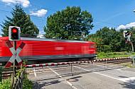 Regionalzug am Bahnübergang Am Pulverhof