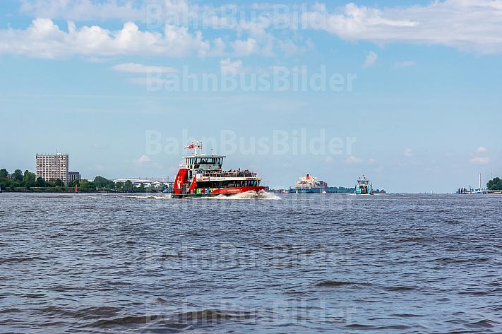 Hafenfähre Hamburgensie auf der Elbe in Hamburg