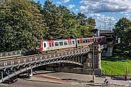 Ein historischer U-Bahnzug vom Typ TU auf der Linie U3 an den Landungsbrücken in Hamburg