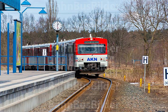 AKN-Triebwagen in der Haltestelle Quickborner Straße im Winter