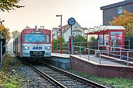 Ein Diesel-Triebwagen der AKN vom Typ VTE in der Haltestelle Barmstedt Brunnenstraße in Schleswig-Holstein