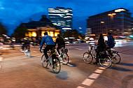 Zahlreiche Radfahrer überqueren im Abendlicht den Johannes-Brahms-Platz in Hamburg