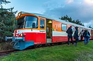 Menschen steigen aus Zug der Lemvigbanen