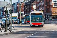 Pulkbildung: Zwei Metrobusse der Linie M5 hintereinander in der Hoheluftchaussee in Hamburg