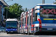 Zwei XXL-Busse an der Hoheluftbrücke in Hamburg