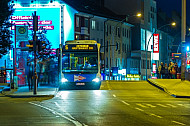 Metrobus bei Nacht an der Hoheluftbrücke in Hamburg