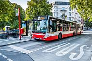 Ein Metrobus der Linie 6 an der Mundsburger Brücke in Hamburg an einer modernen Haltestelle