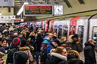 Zahlreiche Menschen warten auf eine U-Bahn am Hauptbahnhof in Hamburg