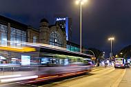 Metrobusse am Abend am Bahnhof Dammtor in Hamburg