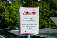 Warnschild an Bahnhof:
