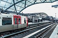 Ein Zug der U-Bahnlinie U4 fährt in die Haltestelle Elbbrücken in Hamburg - im Hintergrund: die Elbbrücken