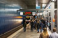 Menschen warten auf einen Zug der Linie U4 in der Haltestelle Überseequartier in Hamburg