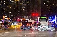Fahrradfahrer kreuzen am Abend eine vielbefahrene Kreuzung am Bezirksamt Eimsbüttel in Hamburg