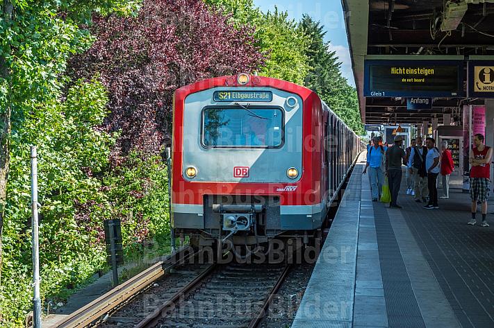 Ein S-Bahn-Zug der betagten Baureihe 472 in der Haltestelle Elbgaustraße in Hamburg