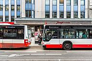 Zwei Busse stehen an der Haltestelle Gertigstraße im Mühlenkamp