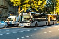 Ein Metrobus der VHH fährt in Hamburg in der Feldstraße neben einem Fahrradfahrer